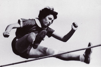 Gretel Bergmann, born 1914. In 1934, she becomes English champion in high jump. She is forced to return to Germany. Even though she sets a new German record, she is prohibited to partake in the 1936 Olympic Games on the grounds of being Jewish. Following her escape from Germany to the USA, she becomes national champion there three times. Margaret Lambert lives in New York.