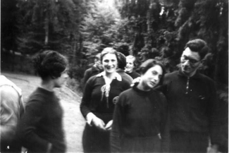 Participants in an Olympic course for Jewish athletes in Ettlingen 1935 during a walk. Ingeborg Mello (at centre, white collar), Hilde Finkenstein (at front, head slanted) and Hanne Mann (face at back). Ingeborg Mello (*4.1.1922) was a successful handball player and, together with Lilli Henoch, won the Jewish women's handball title in 1934 for the JTSC Berlin 05. Following her escape from Germany, she started twice at Olympic games for Argentina.