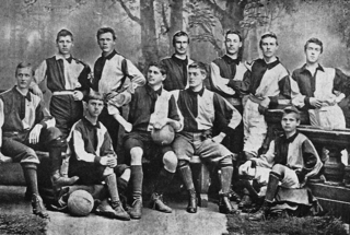 Walther Bensemann (in the middle with ball in hand) surrounded by members of the Karlsruher Kickers – a club that he founded.