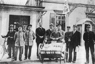 The first issue of Kicker was published on July 14, 1920. The Swiss edition was delivered over the border with a pushcart. Standing directly left of the car is Walther Bensemann.