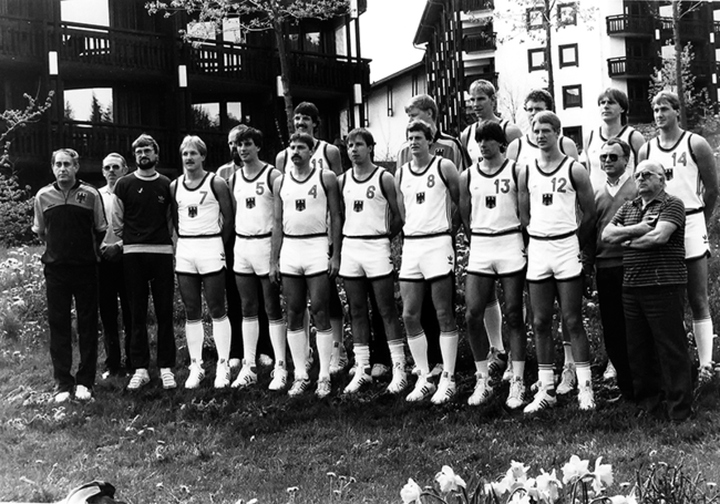 Ralph Klein (far left) as coach of the West German National Basketball Team at the European Championships in 1985.