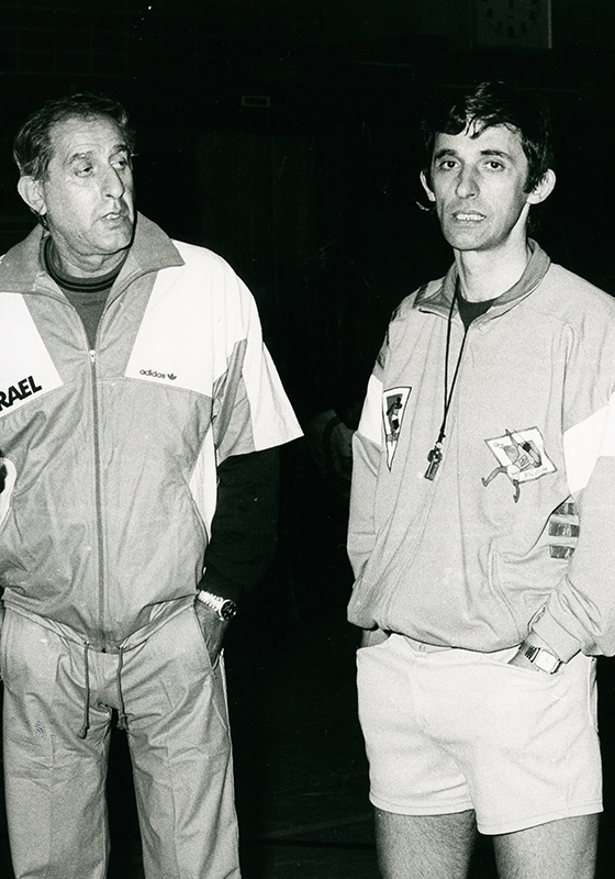 Ralph Klein (left) at an international match between Germany and Israel in Trier 1987 (99:90 Israel). His successor as coach of the German National Basketball Team, Svetislav Pesic, is pictured to the right.